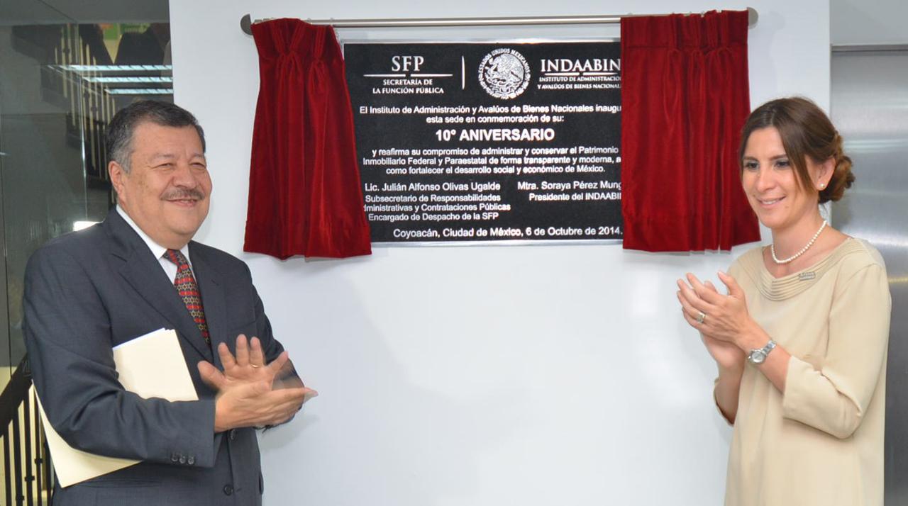 El Titular de la Unidad de Asuntos Jurídicos de la Secretaría de la Función Pública, Antonio Cárdenas Arroyo, y la presidenta del Instituto de Administración y Avalúos de Bienes Nacionales (INDAABIN), Soraya Pérez Munguía.