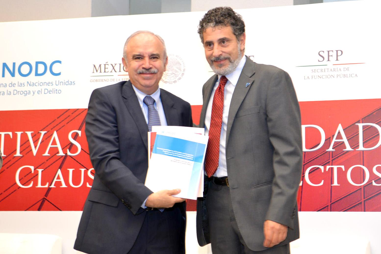 El Encargado del Despacho de la Secretaría de la Función Pública, Julián Olivas Ugalde, y el Representante de la Oficina de las Naciones Unidas contra la Droga (UNODC) en México, Antonio Mazzitelli.