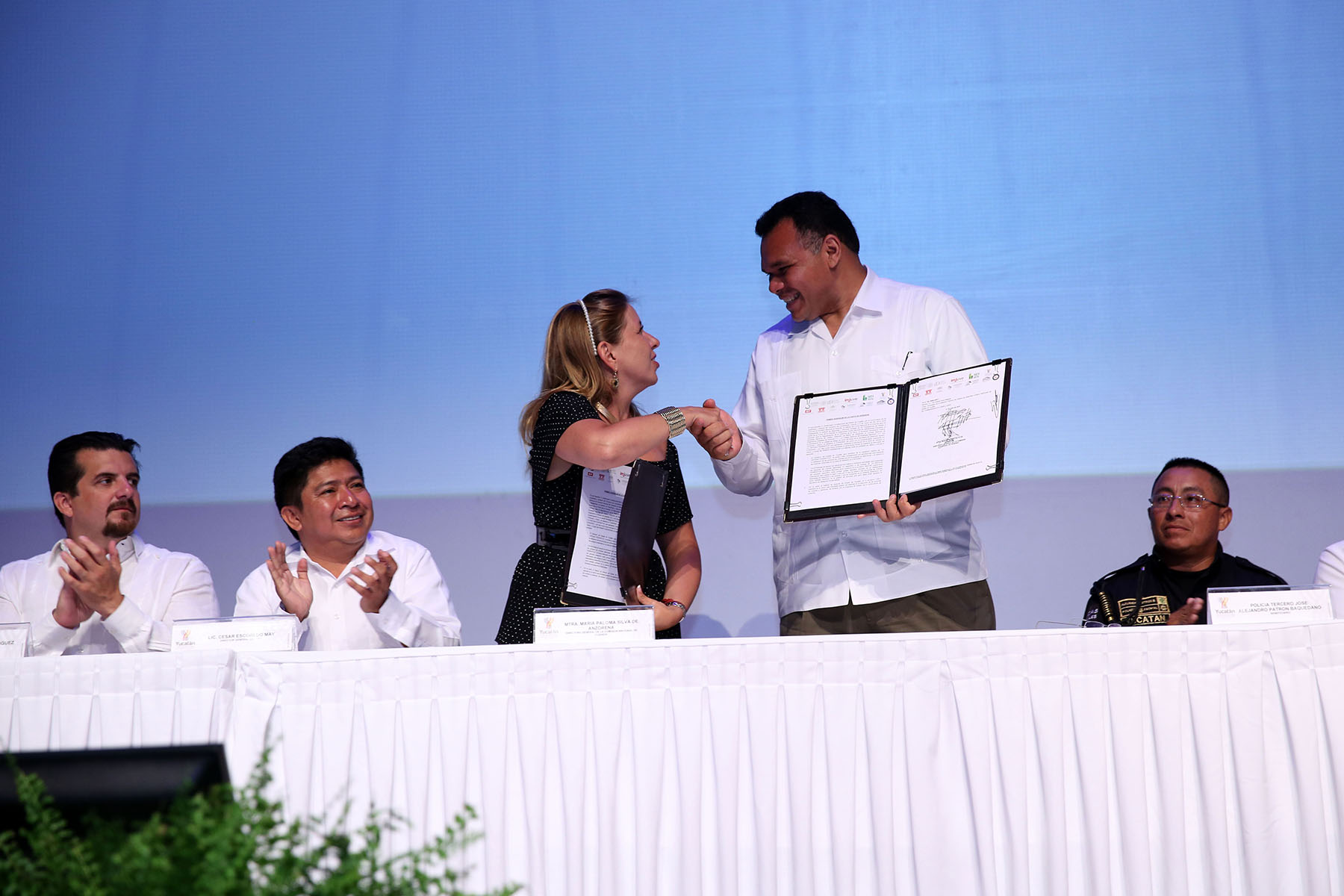 La directora de la CONAVI, Paloma Silva de Anzorena, y el gobernador de Yucatán, Rolando Zapata Bello, durante la firma del Adendum al Convenio de Coordinación de Acciones de Vivienda, para invertir 420 millones de pesos en este sector.