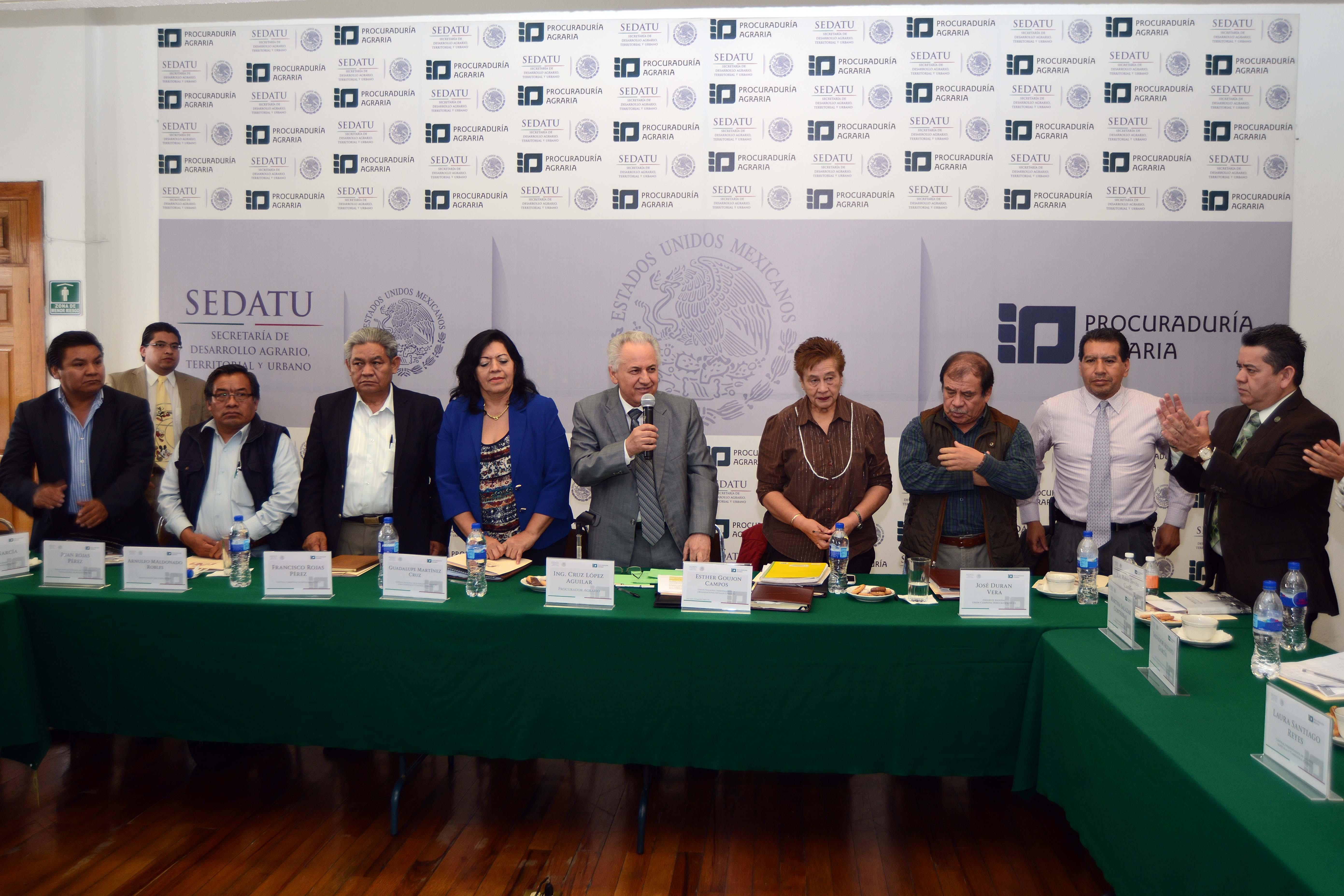 En la imagen, el Procurador Agrario, Cruz López Aguilar, junto con los dirigentes de diversas organizaciones campesinas durante la XVI Reunión Ordinaria del Comité Permanente de Control y Seguimiento (COPECOSE).