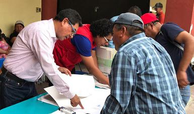 Delegado de Querétaro, Eliseo Pérez Sánchez, atendiendo a usuario.