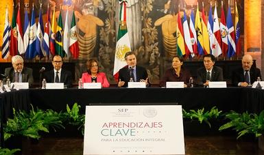 Reunión de Aurelio Nuño Mayer y especialistas que trabajarán en la elaboración de los libros de texto del Nuevo Modelo Educativo
