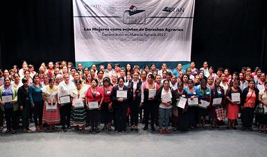 """Delegada del Registro Agrario Nacional del Estado de Chiapas con mujeres en el evento """"Las Mujeres como sujetos de Derechos Agrarios"""""""