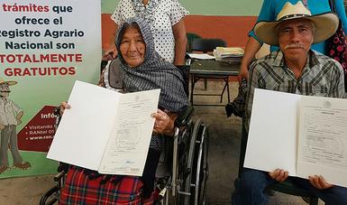 Adultos Mayores reciben documentos agrarios por parte del RAN.