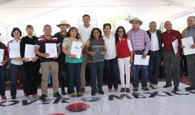 Rosario Robles con beneficiarios.