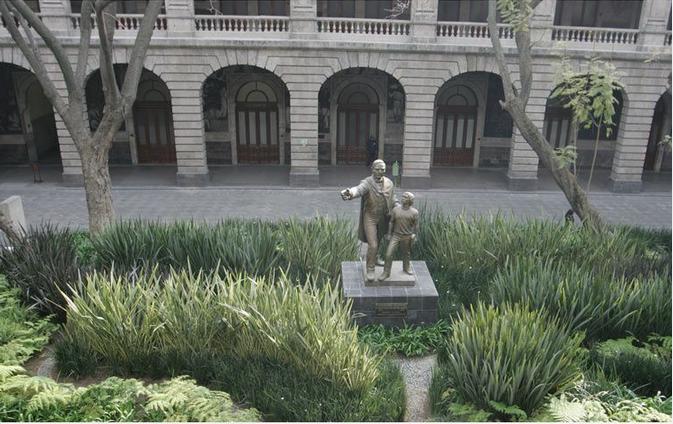 Estatua de Benito Juárez, ubicada en el patio del trabajo de la Secretaría de Educación Pública.