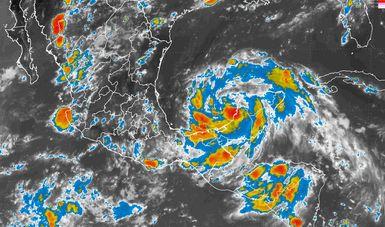 Tormentas torrenciales, actividad eléctrica y viento fuerte en zonas de Veracruz, Tabasco y Campeche por Franklin.