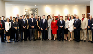 foto grupal con legisladores y el Canciller