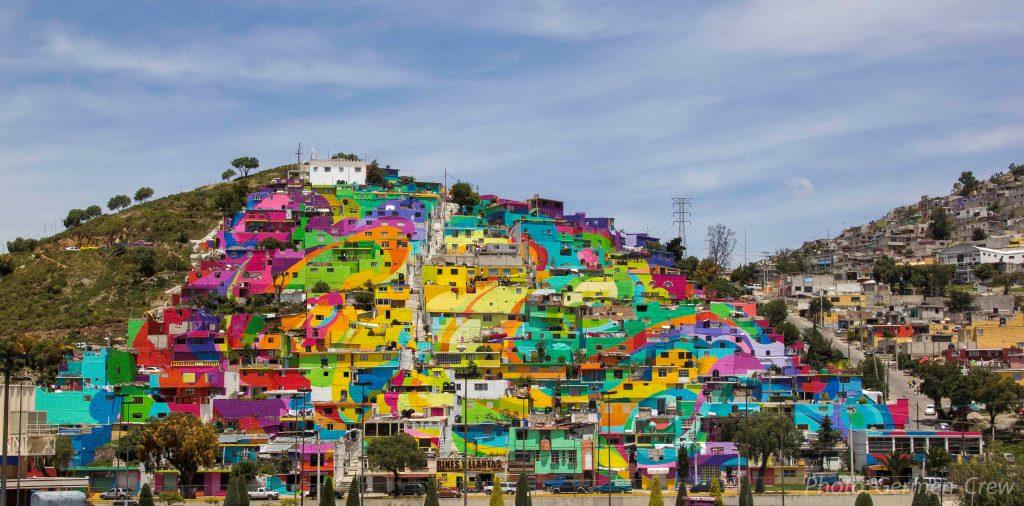 La primera fase de 'Pachuca se pinta' consistió en un macro mural construido con las fachadas de las 209 casas de la Colonia Palmitas de ese municipio.