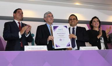 El Dr. Onofre Muñoz Hernández, Comisionado Nacional de Arbitaje Médico recibe el Reconocimiento de la CONAMED de manos de Francisco Javier Acuña Llamas, Comisionado Presiente del INAI.