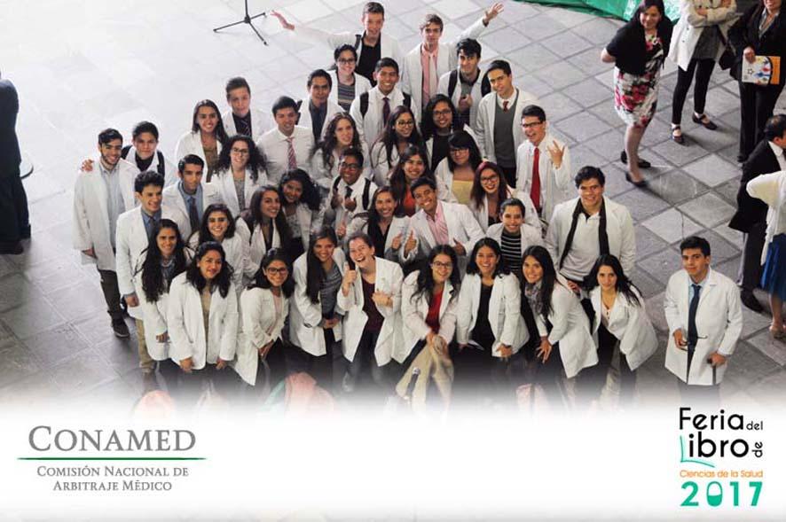 Estudiantes de la Carrera de Medicina en el patio del Palacio de la escuela de Medicina de la UNAM, sede de la Feria del Libro de Ciencias de la Salud 2017 (UNAM)