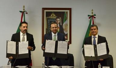 El secretario Alfonso Navarrete es testigo del acuerdo entre el sindicato de telefonistas y la empresa telefónica