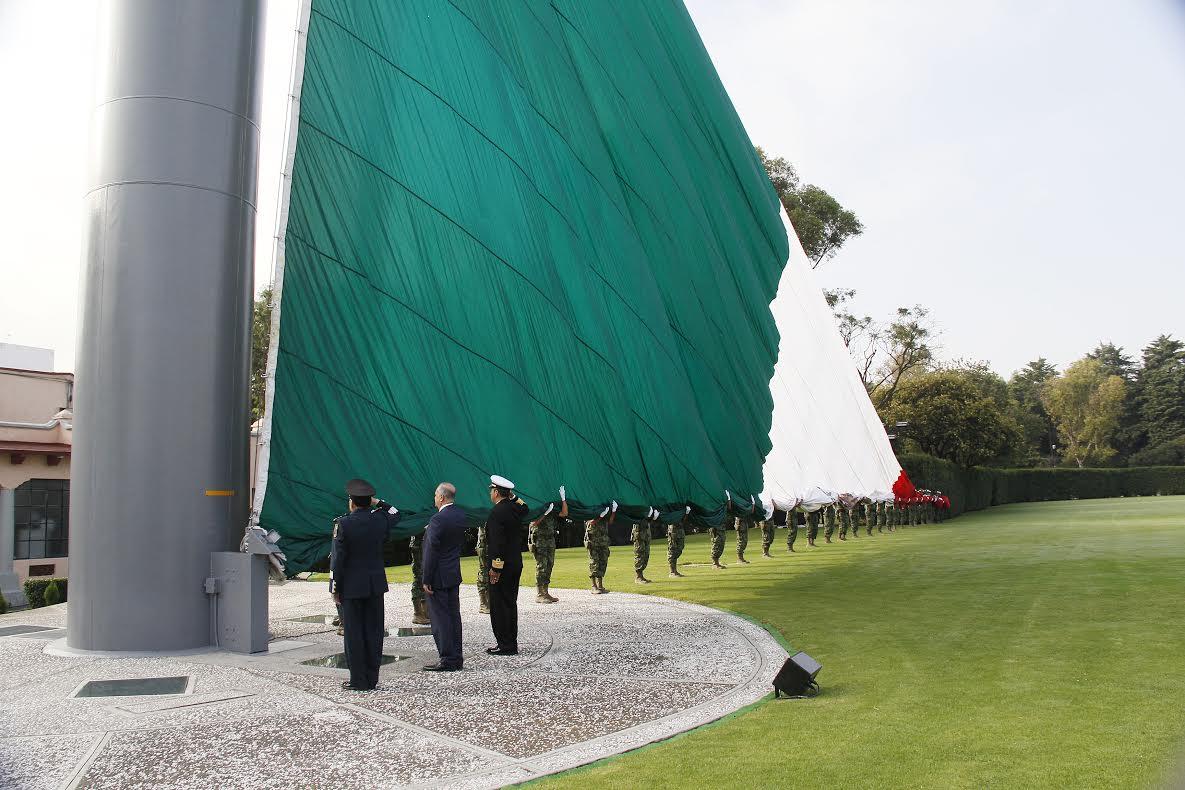Representantes de la Secretaría de Educación Pública (SEP) participaron hoy en la ceremonia solemne de izamiento de la bandera nacional en el Campo Militar Marte.