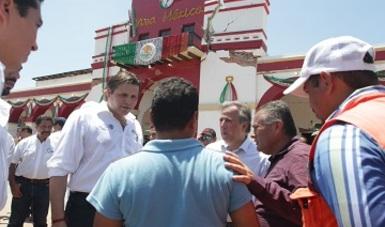 Mario Zamora con los afectados del sismo.