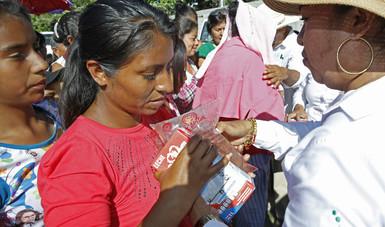 Liconsa entregando agua y leche a damnificados por el sismo