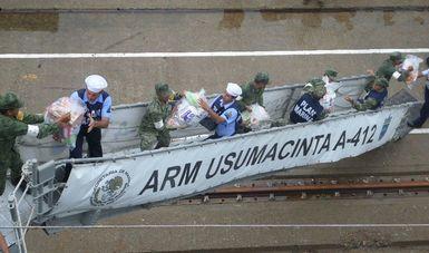 Personal de SEMAR y SEDENA descargando vìveres del Buque ARM Usumacinta
