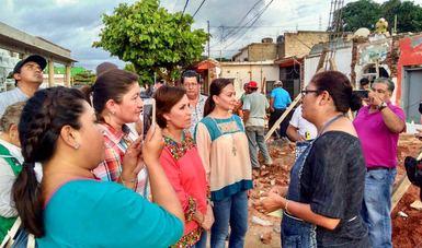 La titular de la SEDATU conversa con una damnificada en el municipio oaxaqueño