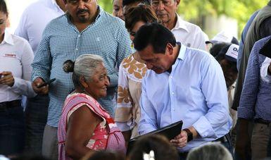 El Secretario de Gobernación, Miguel Ángel Osorio Chong, durante un recorrido por el municipio de Reforma de Pineda, Oaxaca.