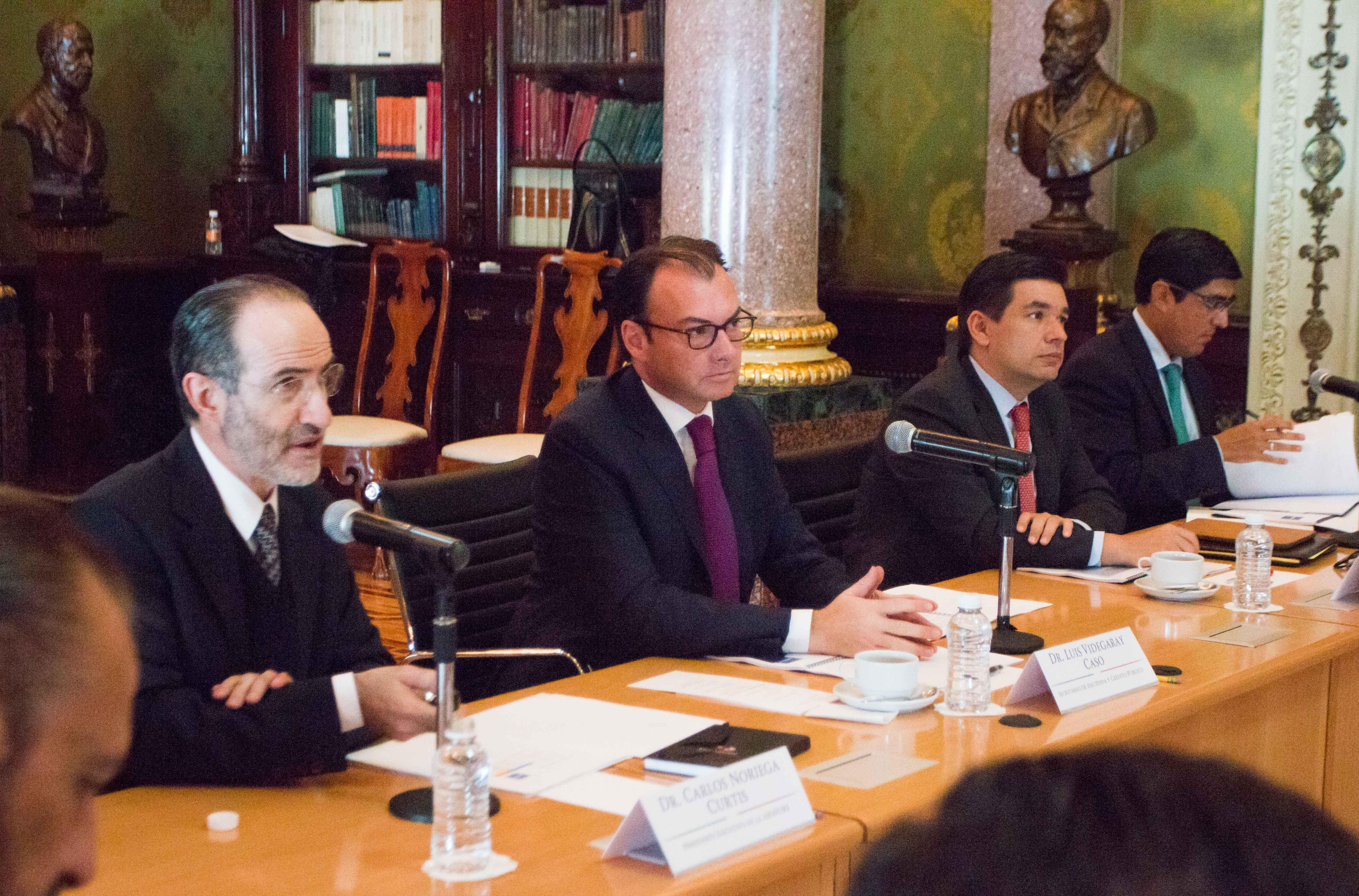 El Secretario de Hacienda con representantes de las Administradoras de Fondos para el Retiro (AFORE) y de su asociación gremial, la AMAFORE