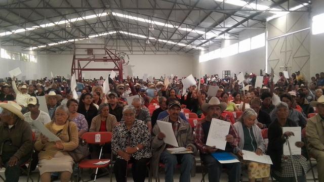 En la imagen, campesinos de Tlaxcala muestran los documentos agrarios que recibieron de la SEDATU, por medio del Registro Agrario Nacional, y que les brindan certeza sobre la propiedad de sus tierras.