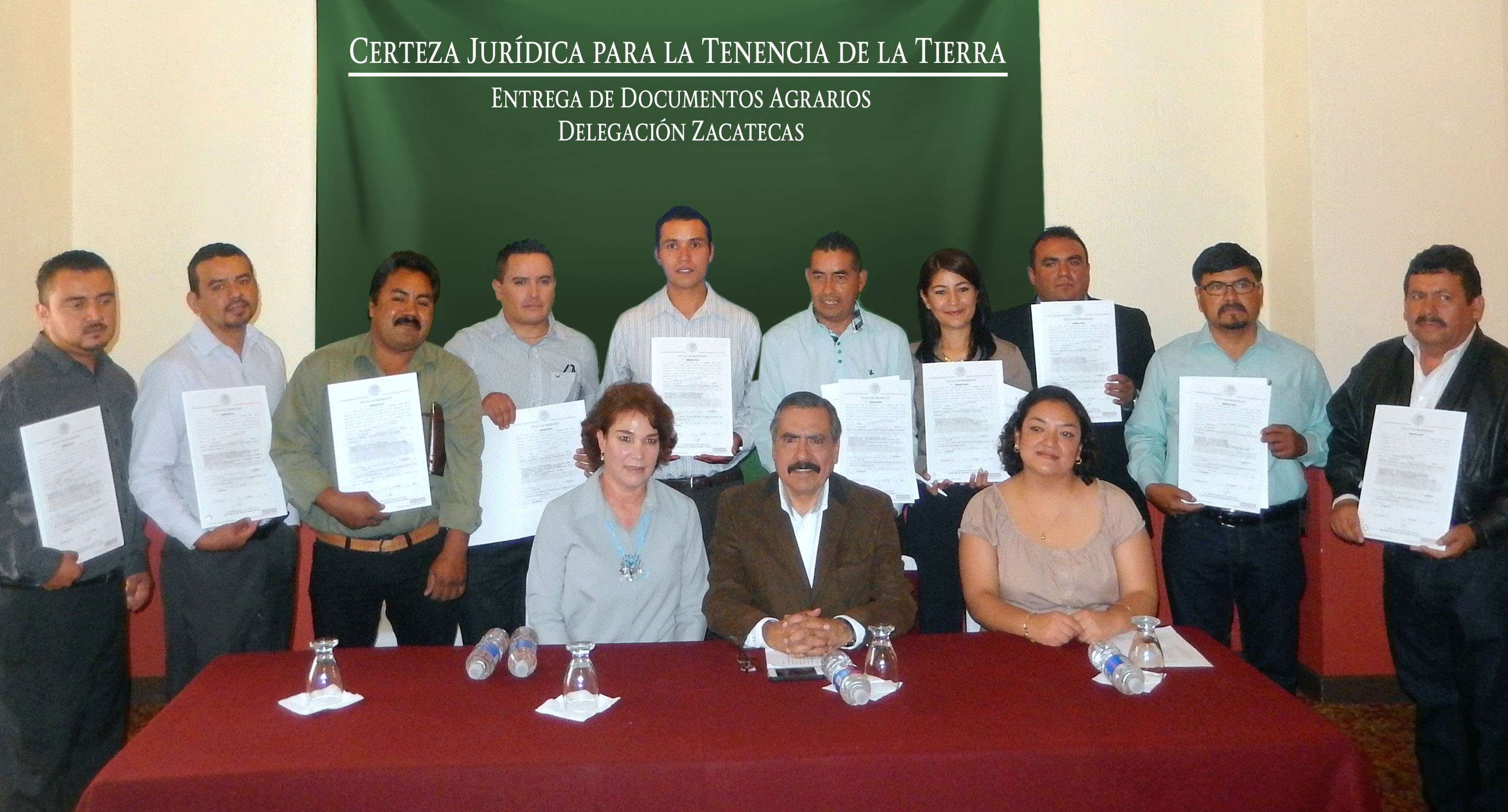 En la foto, beneficiarios muestran títulos de propiedad otorgados por SEDATU, a través del Registro Agrario Nacional, con los que se regularizan los predios de planteles del Colegio de Estudios Científicos y Tecnológicos de Zacatecas.