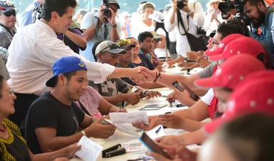Este fin de semana concluye en Juchitán la entrega de tarjetas para el depósito de recursos para la reconstrucción de las viviendas.