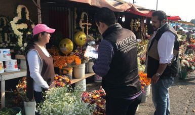 El Procurador Federal del Consumidor, Rogelio Cerda Pérez, y personal de la institución recorrieron panteones, mercados, florerías, panaderías, empresas de servicios funerarios, osarios y establecimientos de venta de lápidas.