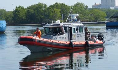 SEMAR traslada a puerto a cuatro pescadores que naufragaron