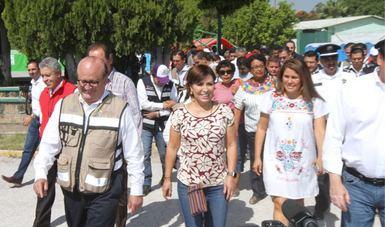Rosario Robles y Graco Ramírez con habitantes de Jojutla