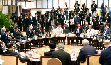 Para concluir la primera jornada de trabajos, participó en un diálogo entre los Líderes de APEC y los de la Asociación de Naciones del Sudeste Asiático (ANSEA).
