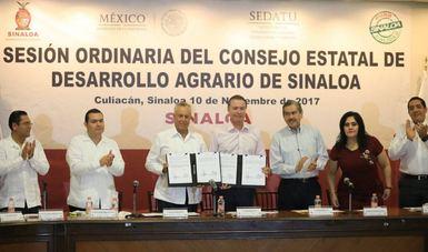 Gustavo Cárdenas Monroy con el presídium en la Sesión Ordinaria y Firma del Convenio Modificatorio del Consejo Estatal de Desarrollo Agrario de Sinaloa