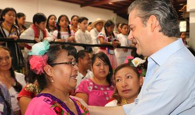 Nuño Mayer señala a integrantes de Orquesta y Coro de Música Tradicional Mexicana, la importancia de la educación integral