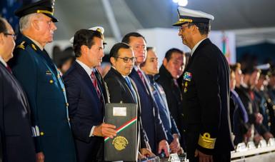 En el marco del 107 Aniversario de la Revolución Mexicana el Primer Mandatario entregó condecoraciones y ascensos a personal militar y naval.