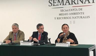 Dra. Amparo Martínez, Subsecretario Rodolfo Lacy, Rodrigo Fernández, en la Conferencia de Prensa sobre la COP23 y el Segundo Encuentro Nacional de Cambio Climático