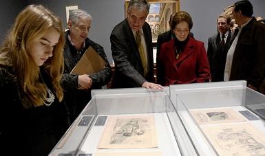La muestra presenta 500 obras de artistas como Frida Kahlo, José Clemente Orozco, Manuel Tolsá, José Guadalupe Posada, así como piezas prehispánicas, publicaciones, documentos y cartografía
