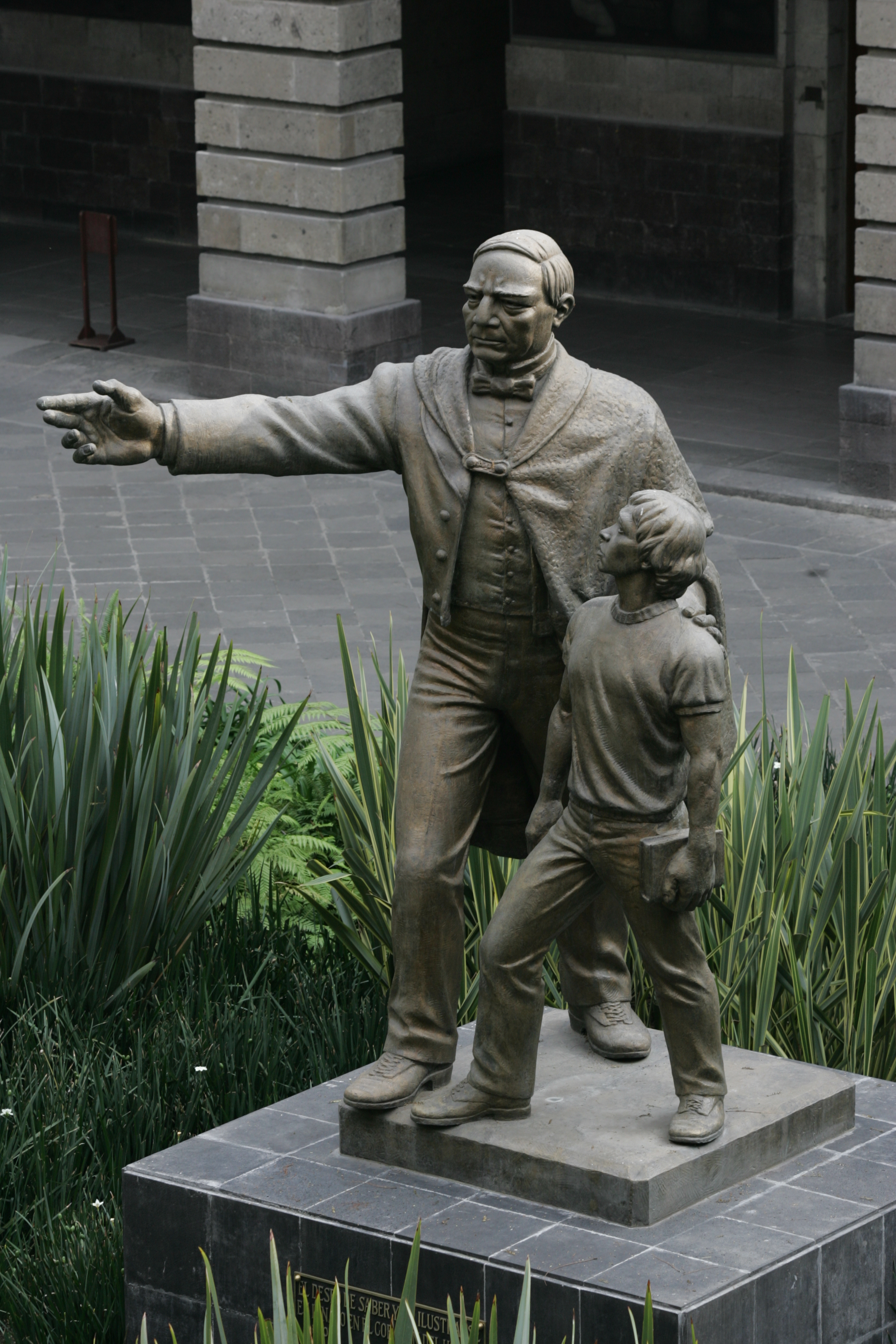 Estatua de Benito Juárez, ubicada en la Secretaría de Educación Pública