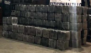 Los elementos federales hallaron en el área de carga 444 paquetes confeccionados con plástico, los cuales contenían la aparente droga
