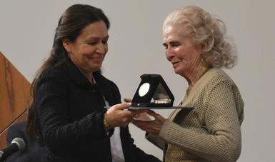 Al recibir la distinción de manos de Lidia Camacho
