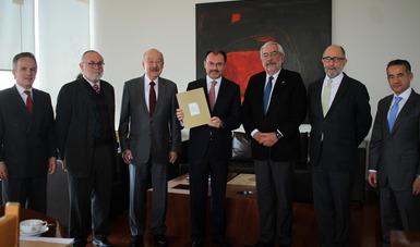 """El Secretario Luis Videgaray Caso recibe la iniciativa """"Carta Universal de los Deberes y Obligaciones de las Personas"""""""