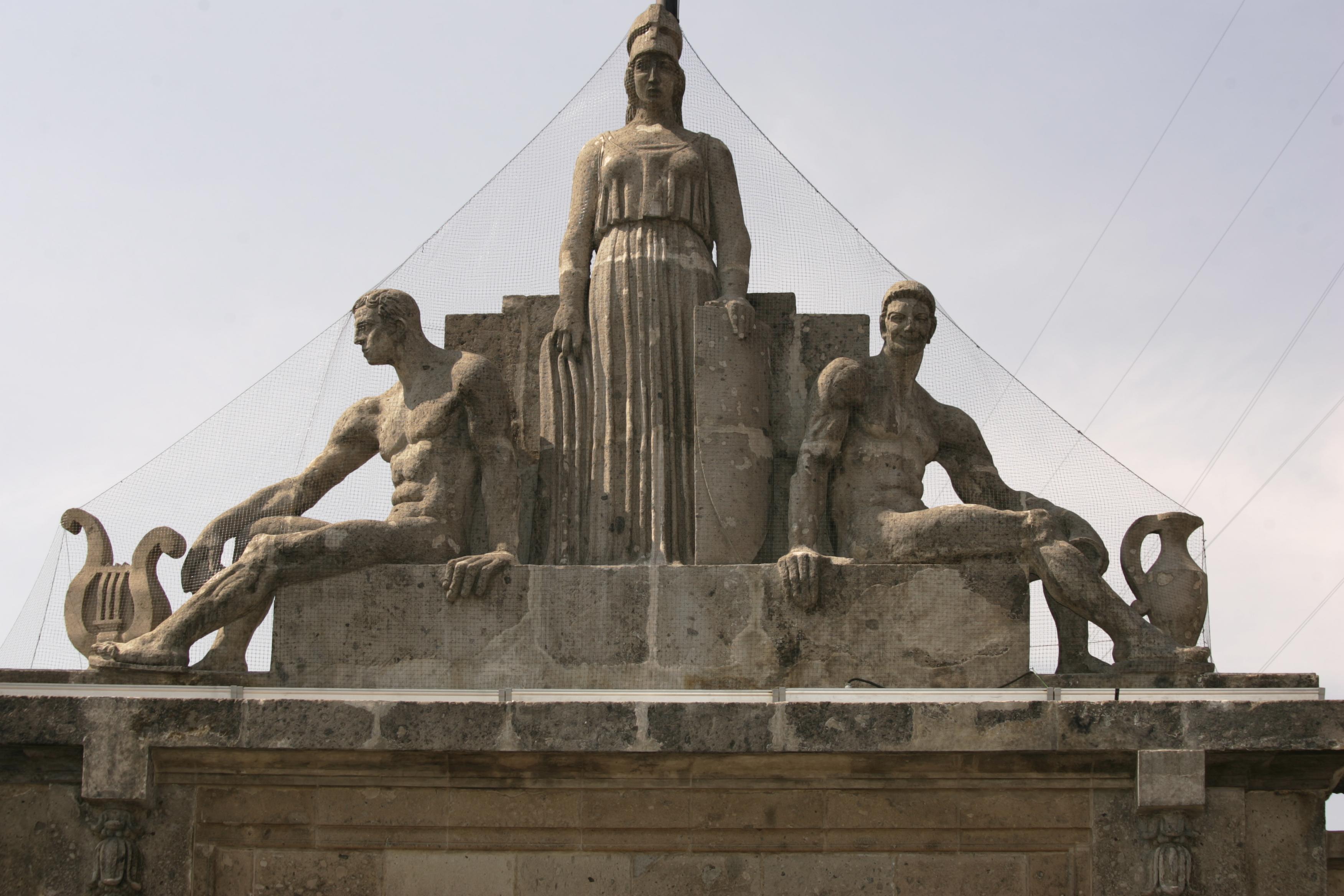 Estatua de Apolo, Minerva y Dionisio.