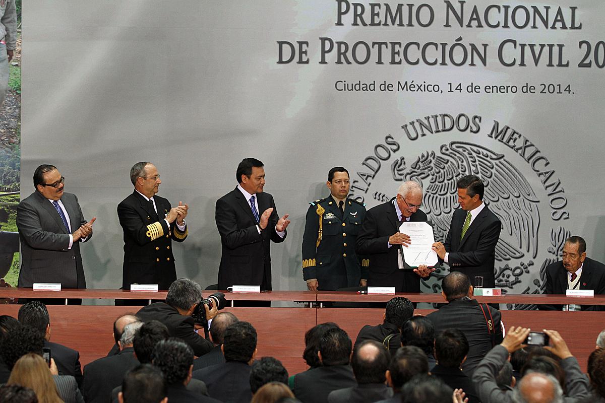 El Presidente de la República, Enrique Peña Nieto, entregando el Premio Nacional de Protección Civil 2013
