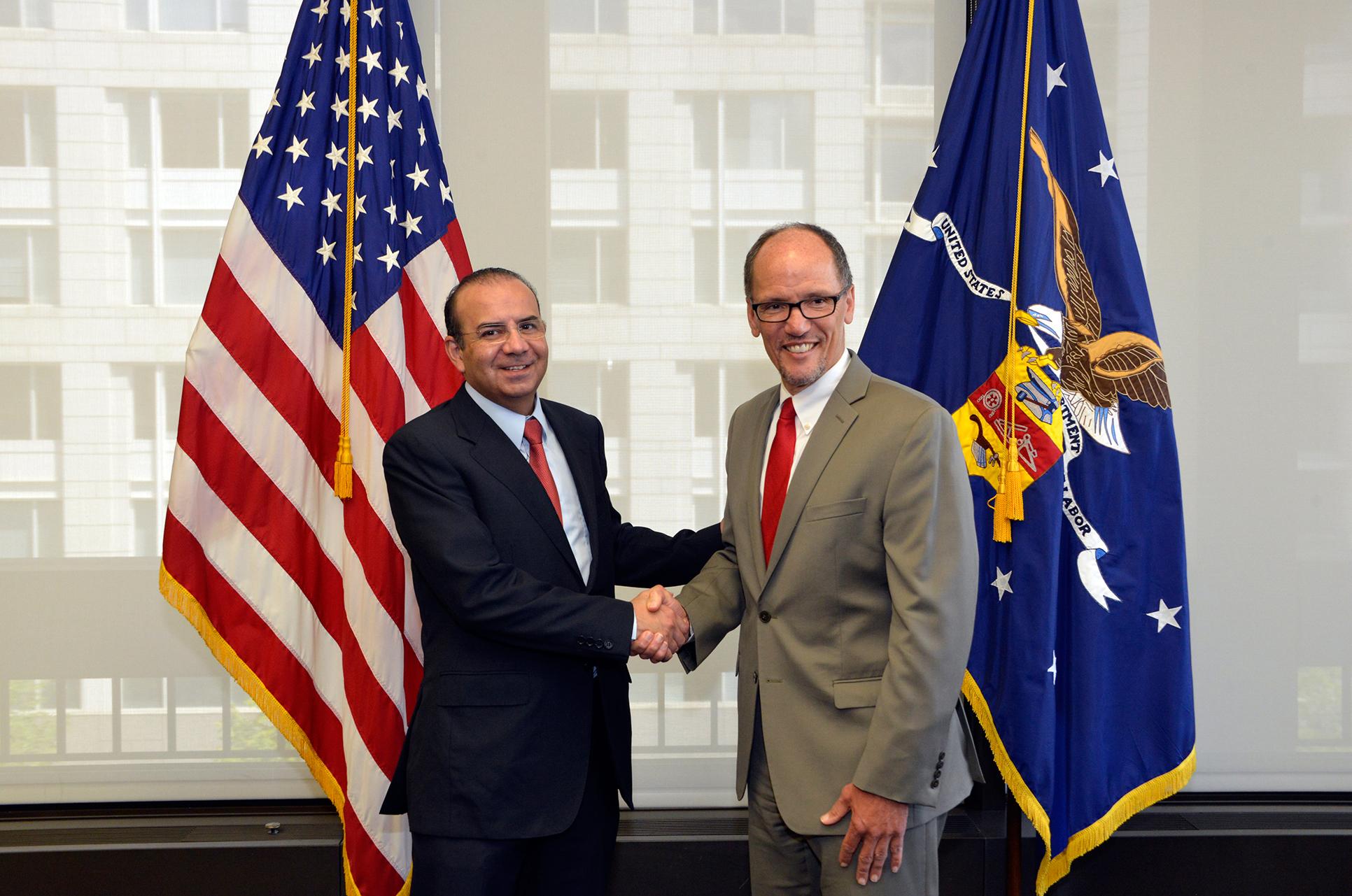 El Secretario del Trabajo y Previsión Social de México, Alfonso Navarrete Prida, se reunió con el Secretario del Trabajo de Estados Unidos, Thomas E. Perez, con el propósito de estrechar los lazos de colaboración en la agenda bilateral en materia laboral.