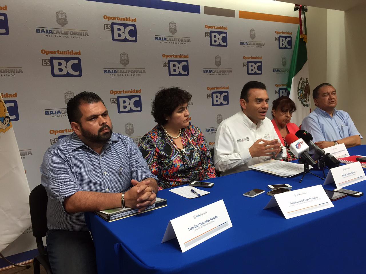 El Subsecretario del Trabajo de la STPS, Rafael Avante Juárez, acompañado de la Secretaria del Trabajo y Previsión Social de Baja California, Juana Laura Pérez Florian y el Delegado del Gobierno del Estado en Ensenada, Pablo Alejo López Nuñez.