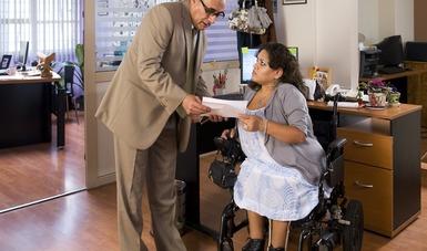 Persona con discapacidad siendo atendida en un módulo de atención para el empleo.