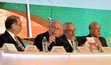 Funcionarios y ponente, José Narro Robles.