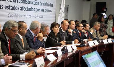 La secretaria Rosario Robles, explica a los representantes de los medios de comunicación los datos por entidad en torno a la reconstrucción de viviendas.