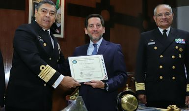 Fotografía del Lic. Eugenio Garza entregando  un reconocimiento al  Almirante Luis Orozco Inclán Rector de la Universidad Naval,  y  el Vicealmirante Mario Carbajal