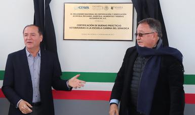 El presidente de la Unidad Nacional Veterinaria, Luis Jaime Osorio Chong, entregó la certificación al director en jefe del SENASICA, Enrique Sánchez Cruz