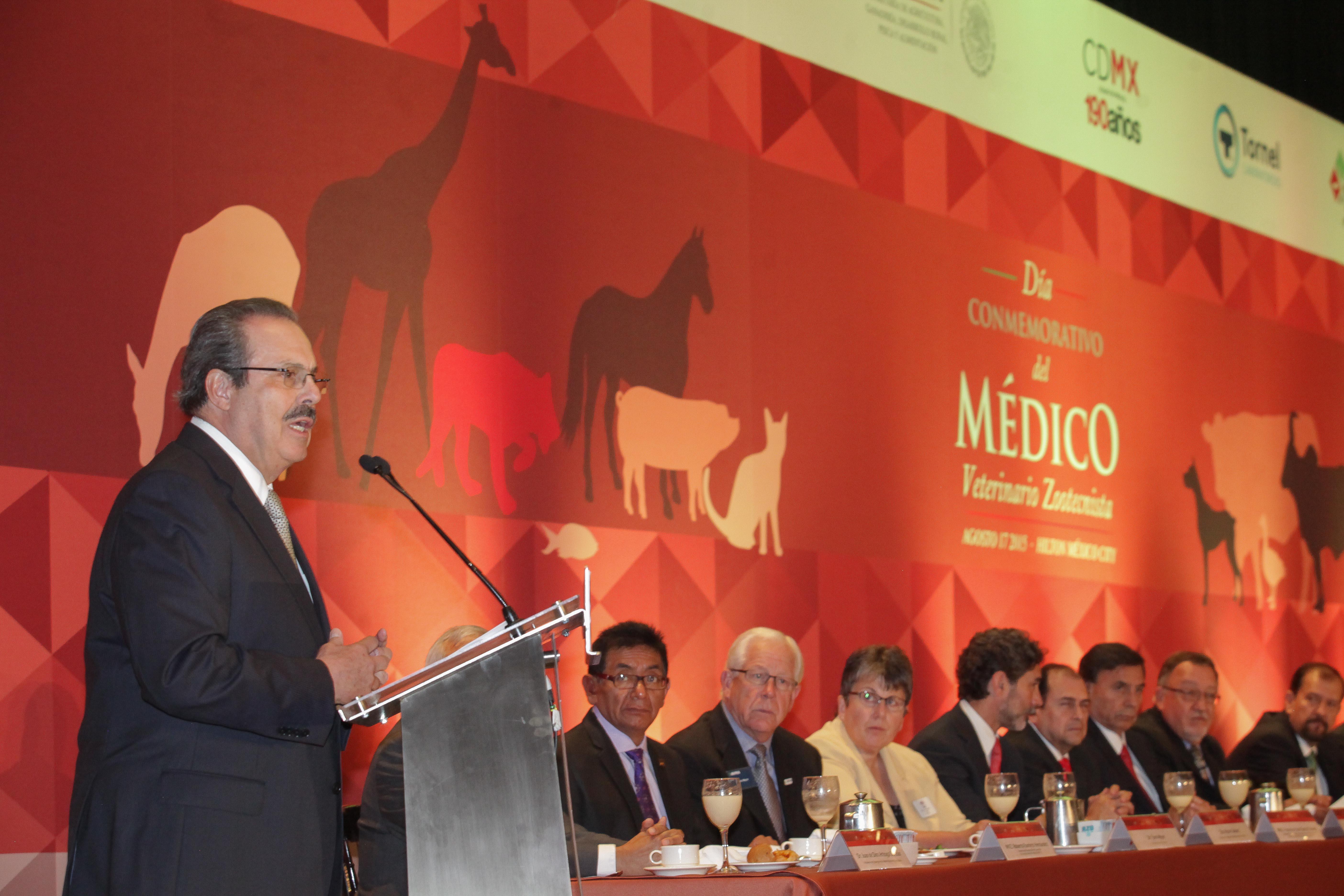 El secretario de Agricultura, Enrique Martínez y Martínez