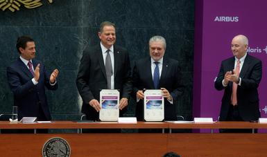 El Primer Mandatario atestiguó la firma del conveniopara lacompra de 80 aeronaves Airbus por parte de Volaris; la más importante de una aerolínea mexicana en el número de aviones.